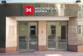 Рубль немного снизился к